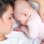 Новорожденный ребенок у мамы на руках