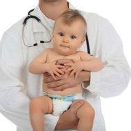 Грудничок на руках у врача