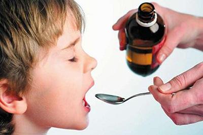 поить ребенка лекарством