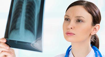 лечащий врач смотрит рентген