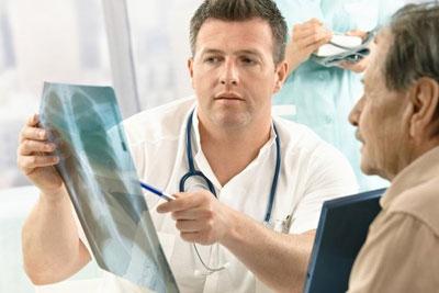 врач пациенту говорит о результатах рентгена