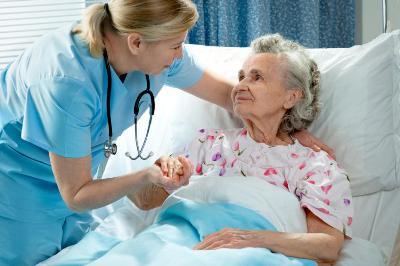 Уход сестры за пожилым пациентом