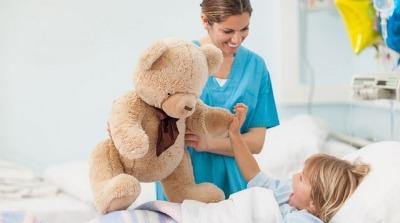 Уход сестры за ребенком