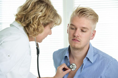 врач слушает парня