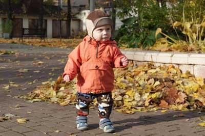 ребенок гуляет на свежем воздухе